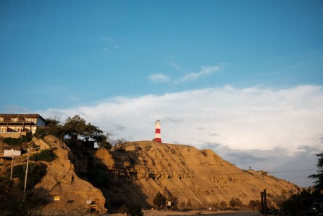 Lighthouse in Máncora, Perú. A typical render of this lens: pleasing colors and a natural point of view.
