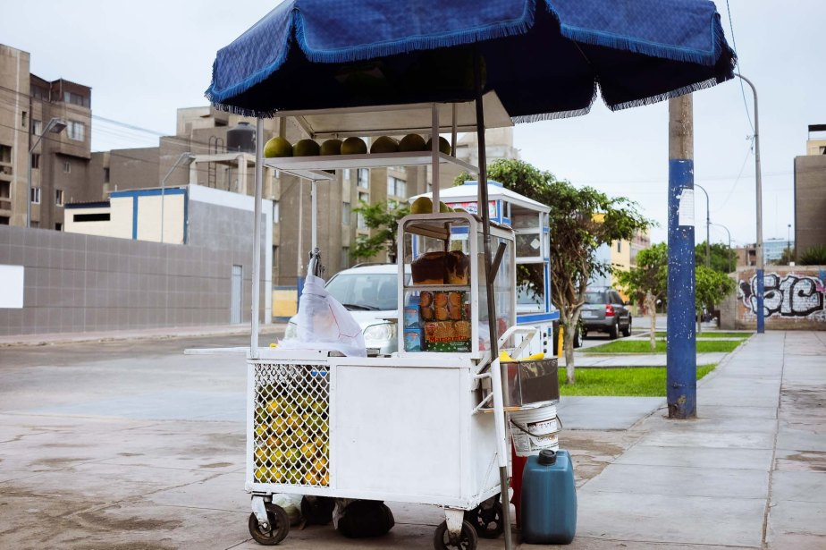 Street breakfast in Lima, Perú. This was shot two or three meters away, you can see that the perspective is very natural.