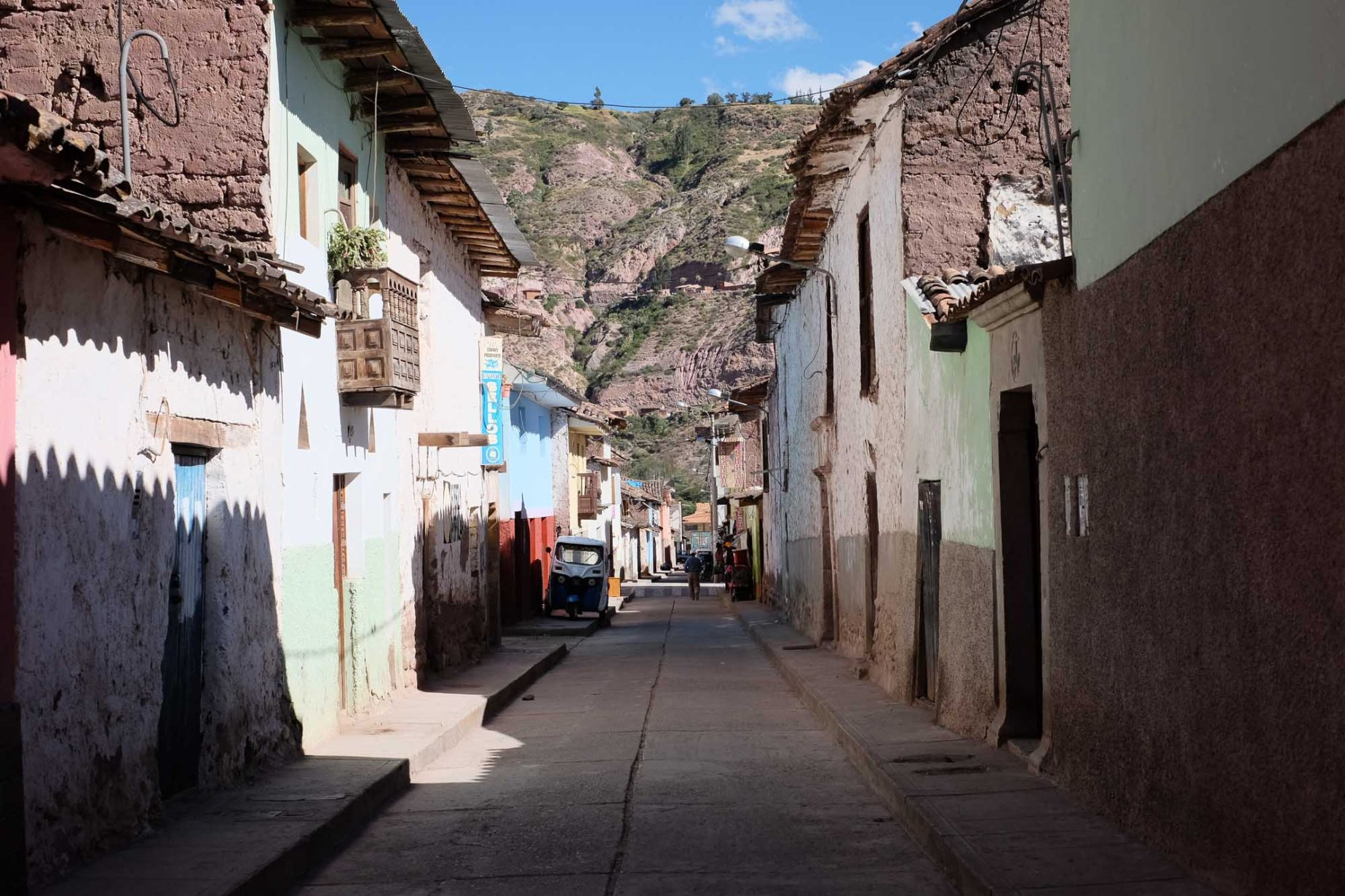 Empty streets in Urubamba, Cusco. The walls on the left and right borders seem to stretch, but the far center looks flat. My 28mm/35mm eyes can help but notice that.
