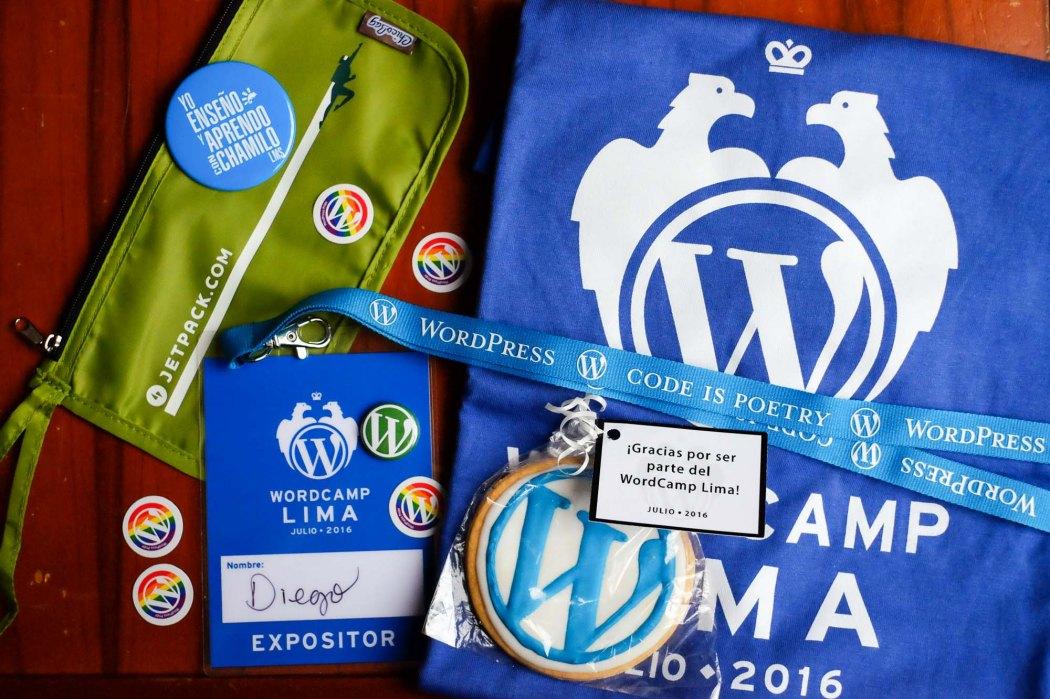 Los goodies que me tocaron esta vez: bolsa de Jetpack, stickers de WordPress pride, galleta de WordPress, lanyard, ID, pin metálico, polo de WordCamp Lima (¡Tengo el de 2014 y 2015!). Infiltrado: un pin de Chamilo LMS.